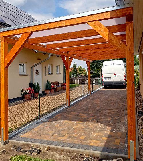 Flachdach-Carport mit tansparentem Dach